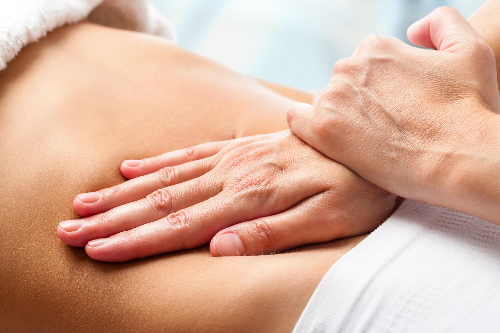 Main massant le ventre
